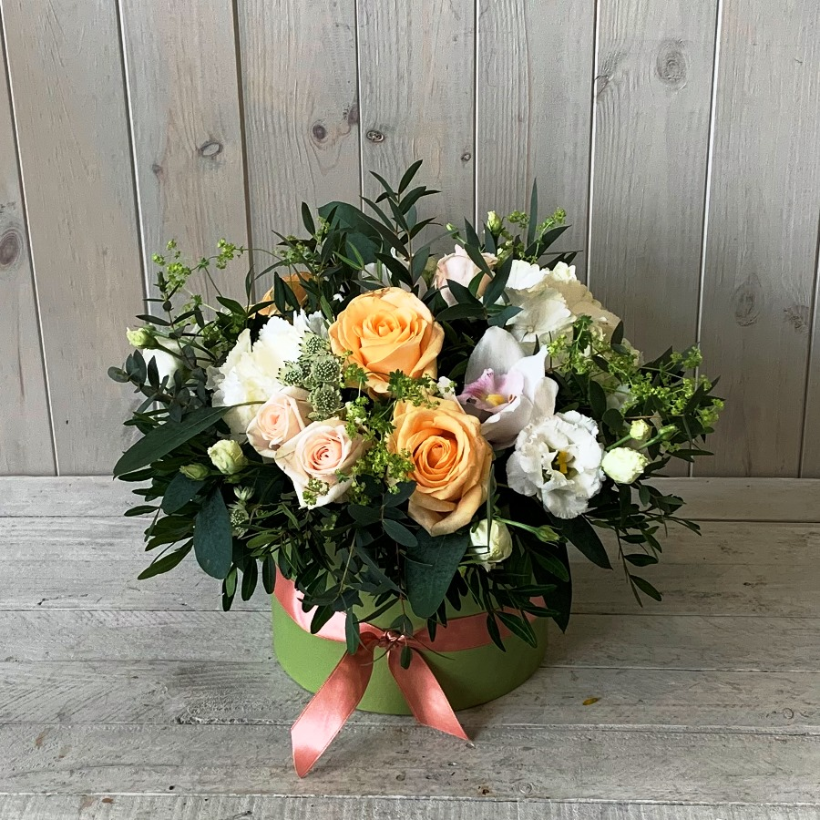 Hatbox flowers in peaches and creams. Available to order to click and collect or for delivery in Dublin city and county.